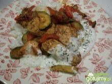 Kurczak z warzywami i sosem jogurtowym