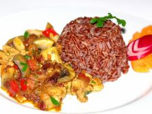 Kurczak z warzywami podany z czerwonym ryżem