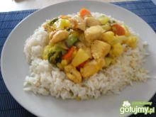 Kurczak z warzywami w sosie ananasowym