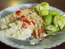 Kuskus z sosem cebulkowo-paprykowym i brukselką