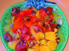 Kwiaty nasturcji z pomidorem i brzoskwią