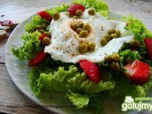 Lekka sałatka z jajkiem sadzonym
