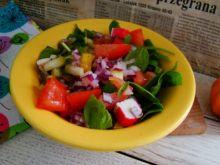 Lekka sałatka ze szpinaku i paluszków krabowych