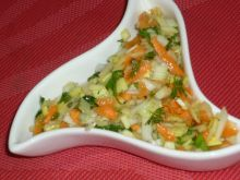 Lekka surówka z pora z zieleniną