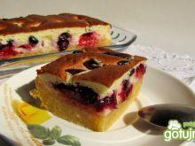 Lekkie ciasto ze śliwkami i borówkami