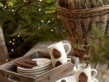Leśne naczynia z szyszkami i gałązkami