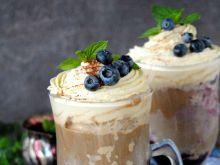 Letnia kawa z lodami i borówkami