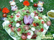 Letnia sałatka z bobem i sosem koperkowy