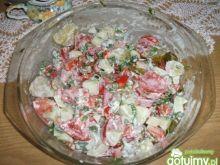 Letnia sałatka z sosem czosnkowym