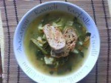 Letnia zupa z grzankami