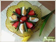 Liście botwinki z truskawkami i jajkiem