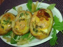 Łódeczki ziemniaczane z fasolką, jajkiem na rukoli