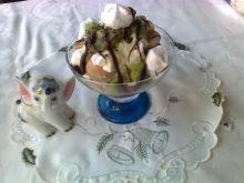 Lodowy deser z kiwi, bezami i czekoladą