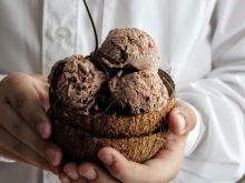 Lody z kakao i miękkimi ciasteczkami brownie