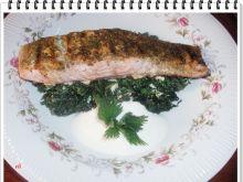Łosoś Eli na pokrzywowej kołderce - Na talerze rozłożyć pokrzywę , na wierzch łososia i polać sosem.