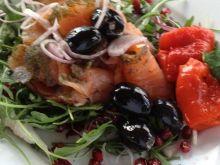 Łosoś marynowany z czarnymi oliwkami.