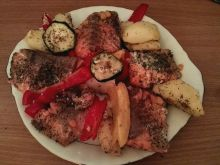Łosoś pieczony z warzywami i ziemniakami
