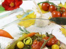 Łosoś pod pierzynką z pora z pesto i warzywami