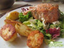 Łosoś z pieczonymi ziemniakami i sałatą
