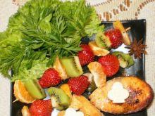 Łosoś z szaszłyczkami owocowymi