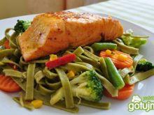 Łosoś z warzywami i makaronem