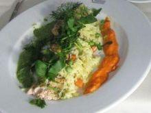 Łosoś zapiekany z ryżem i sosem z zielon