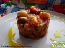 Łososiowy tatar z marynowanym czosnkiem