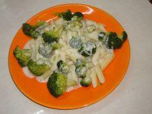 Makaron brokuły i sos serowy