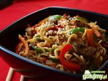 Makaron chiński z wołowiną i warzywami