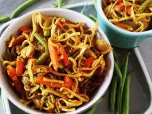 Makaron chów mein z kurczakiem i zielona fasolka