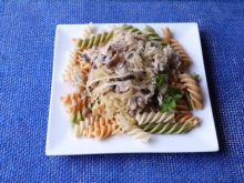 Makaron fussili z mięsem i warzywami