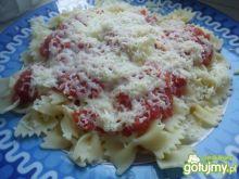 Makaron kokardki z pomidorami i papryką