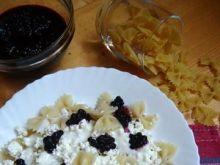Makaron (kokardki) z serem i jagodami