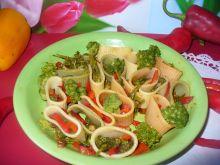 Makaron kolorowy z papryką i brokułem