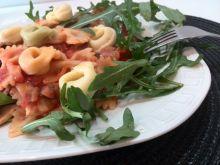 Makaron na rukoli w sosie pomidorowym