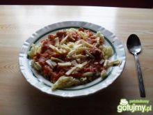 Makaron polany sosem pomidorowym.