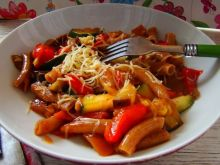 Makaron razowy z dużą ilością warzyw