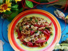 Makaron razowy z kiełbaska salami