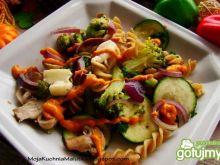 Makaron razowy z warzywami i mozzarella