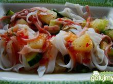Makaron ryżowy z ananasem i sosem chilli