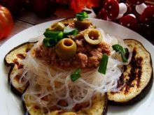 Makaron ryżowy z grillowanym bakłażanem