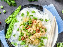 Makaron ryżowy z krewetkami i zielonym groszkiem