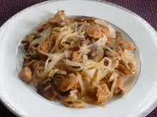 Makaron ryżowy z kurczakiem i pieczarkami