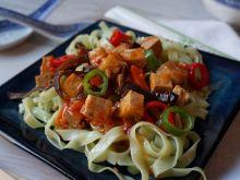 Makaron ryżowy z warzywami i tofu