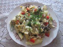 Makaron smażony z jajkami i papryką