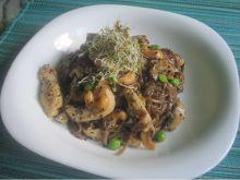 Makaron soba z kurczakiem, warzywami i orzechami