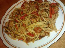 Makaron spaghetti z wieprzowiną i warzywnym sosem