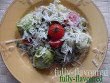 Makaron szpinakowy z brukselkami w sosie
