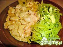 Makaron szpinakowy z sosem czosnkowym
