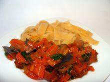 Makaron tagliatelle w sosie pomidorowym z bakłażan